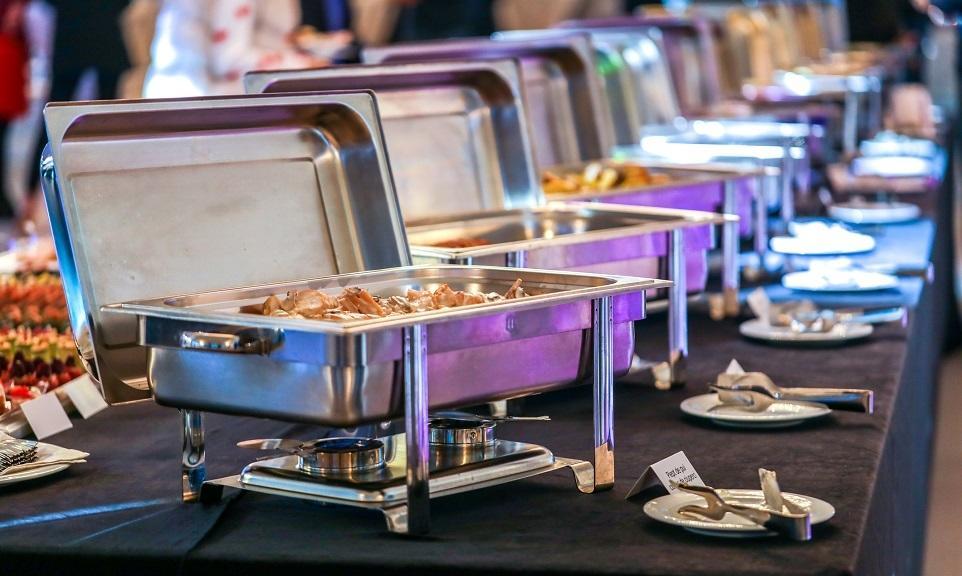 Catering na imprezę, czyli jak zaoszczędzić na przygotowywaniu jedzenia?