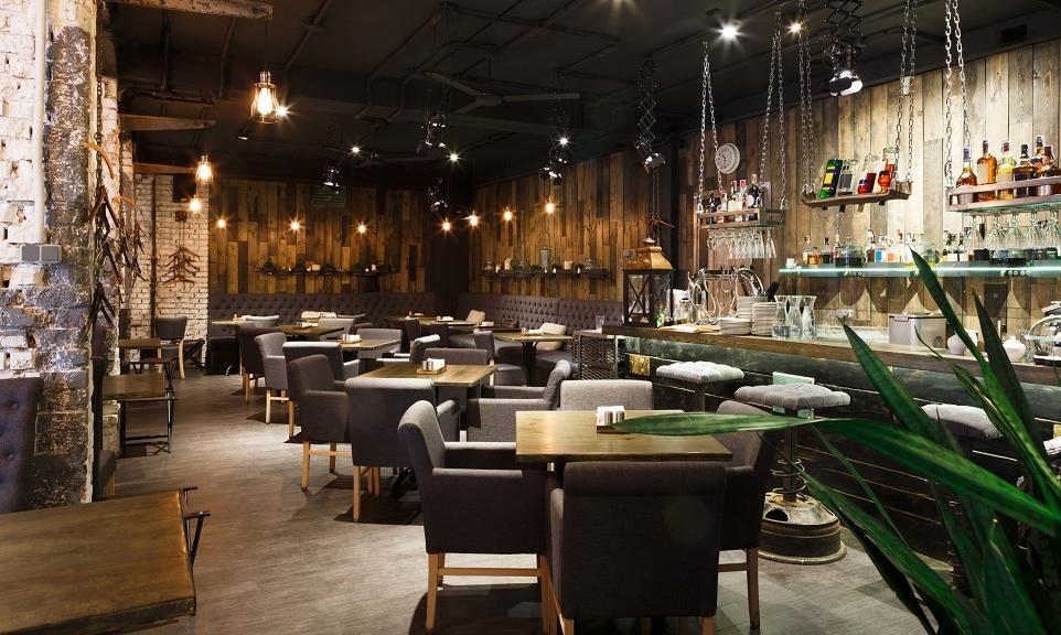 Urok restauracji wybudowanych z naturalnych materiałów