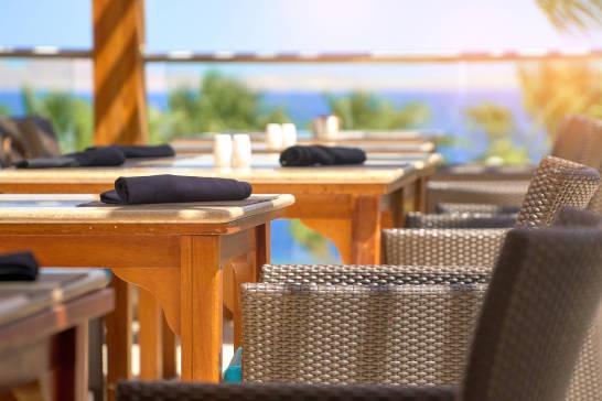 Jak zaprojektować letni ogródek w restauracji?